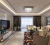 沙发和电视背景墙用白色混油护墙板,摒弃了过去老套的样式,辅以现代质感的镜面线条,整个背景墙线条流畅,无形中扩展了空间感。