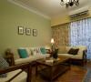 来到敞朗客厅,沙发主牆以淡绿的鲜明色系活跃了空间氛围,也运用复古砖的拼花突显乡村主题