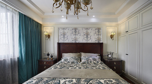 主卧,墙纸加护墙板,实木床和床头柜,很舒适的感觉。