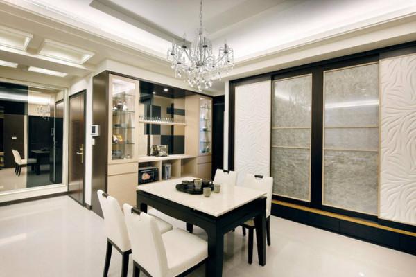镜材呼应下,黑镜与茶镜的几何拼接,深浅错置让整衣镜面和餐柜基底有了连续性的反射表现。