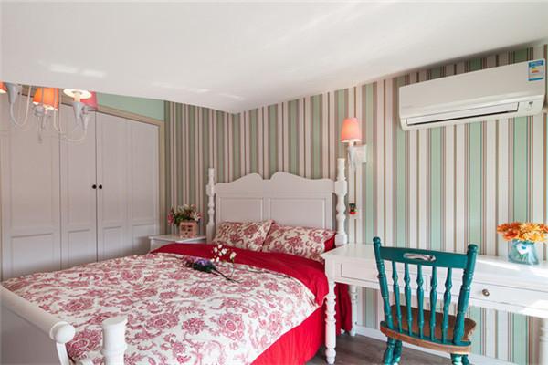 延续主卧房的设计步调,次卧也添入碎花布艺勾勒空间的淡雅休闲。