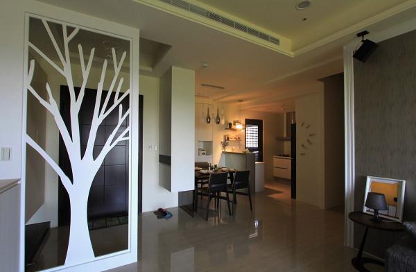 玄关、餐厅间透过双向柜体整合,将剩余空间处做了高效能利用