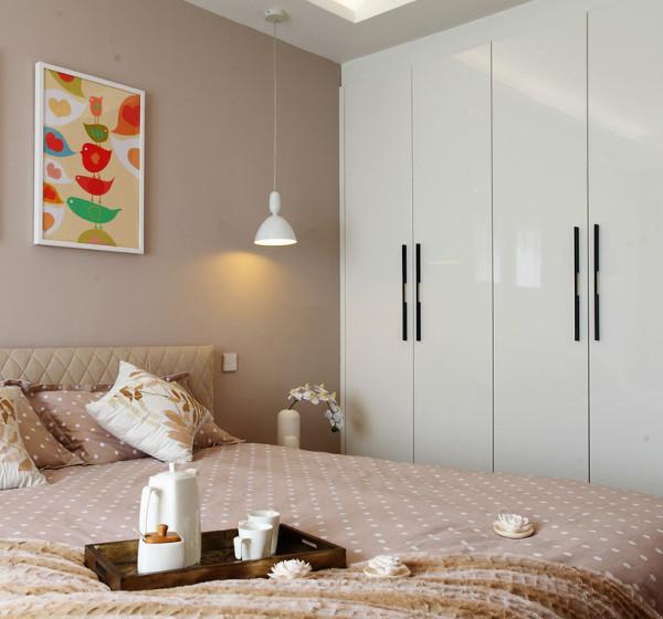 卧室的一边做了可以晒太阳晒月光的低窗台,另一边做了一个入墙的壁柜,满足了收纳的基本需求,又不破坏空间的美感