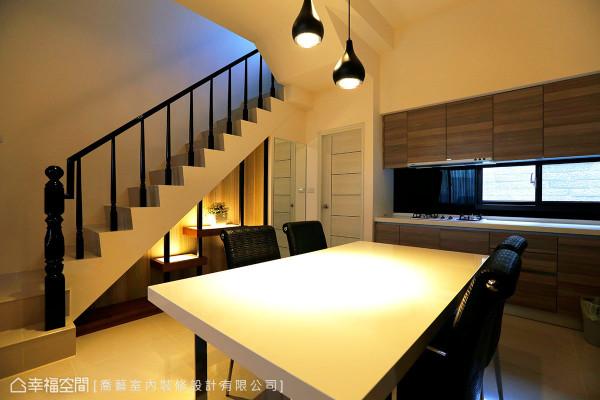 乔艺室内装修设计利用梯下畸零空间,以铁件与木纹层板创造一处温馨角落。