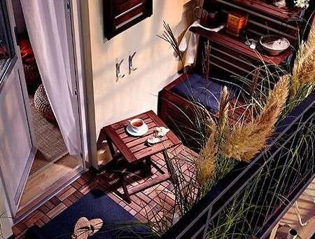 原本用来椅座的阳台卡座其实隐藏着巨大的收纳空间,无论是椅背上的搁架与挂钩收纳,还是座椅下隐藏的橱柜收纳,都足够以摆放一些日常杂物