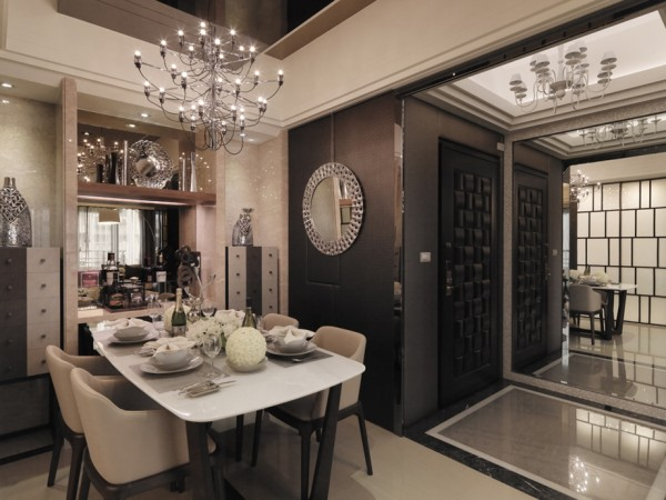 陈列着颇有欣赏价值的各式传统餐具、茶具的饰品柜,给古典风格的家居环境增添了端庄、典雅的贵族气氛。