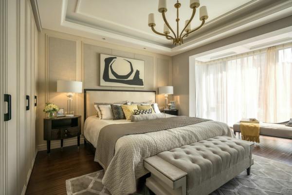 温暖的银杏色同样应用到主卧室,让这雅致的空间中多了一抹艳丽的气息。