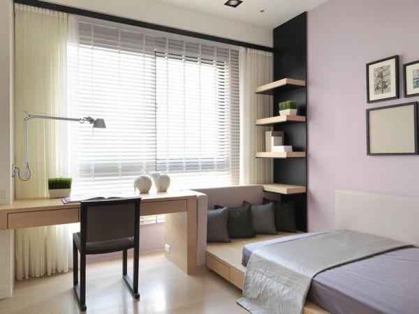 书房做了一个榻榻米,平时既是一个小型的休闲区,又是一个来了客人可以睡觉的区域,此外榻榻米的下面还可以储物,增大了空间的利用率。