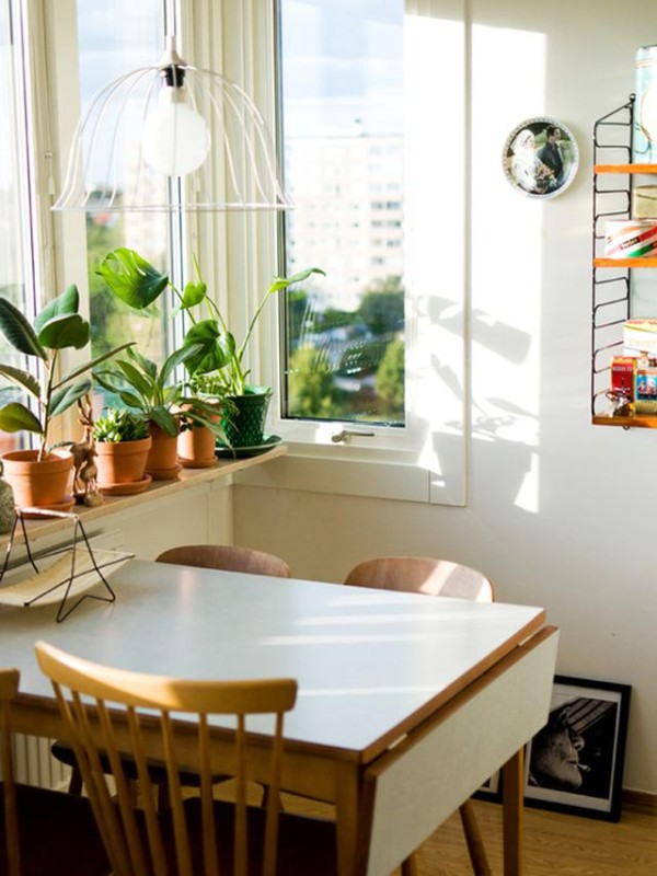 窗边的用餐区,家中要是有这样的空间,用作一个休闲的用餐区,摆上一些植物,阳光洒进来的时候,早餐、下午茶都是很好的。