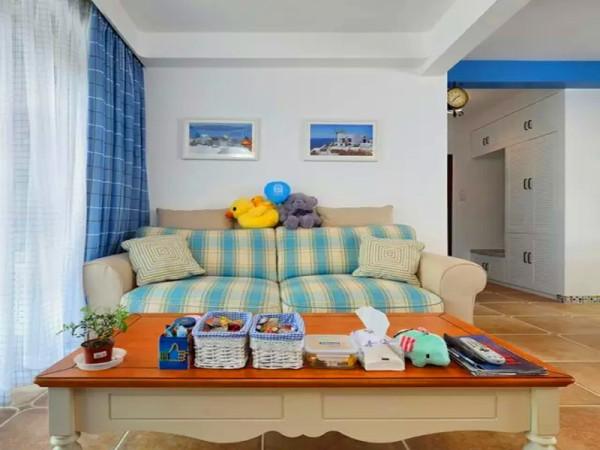 格子布艺沙发,蓝色格子窗帘。