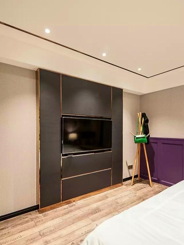 电视背景造型。选择的复合地板也个性十足。