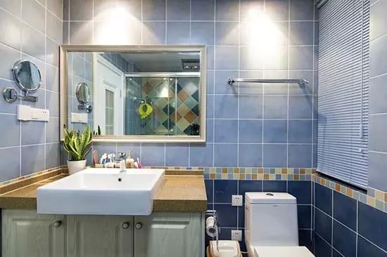 卫生间以蓝色为主色调,用上浅下深的两种蓝来营造空间层次感,中间用彩色马赛克腰线来划分。