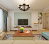 客厅电视墙用白色石膏板和壁纸进行装点搭配,客厅的家具选择具有简美装修设计风格元素的板式家具。