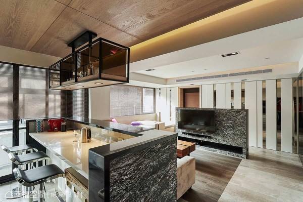 移除厨房隔间实墙改以开放式规划,进而增进家人间的情感串联。
