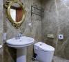 维持原来建商附设的卫浴设备,以复古华丽感的古铜金镜面装饰,塑造视觉亮点。