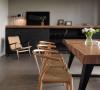 厚实原木桌与编织座椅,在沉静、质朴的空间风格中,传达了反璞归真的内心之声。