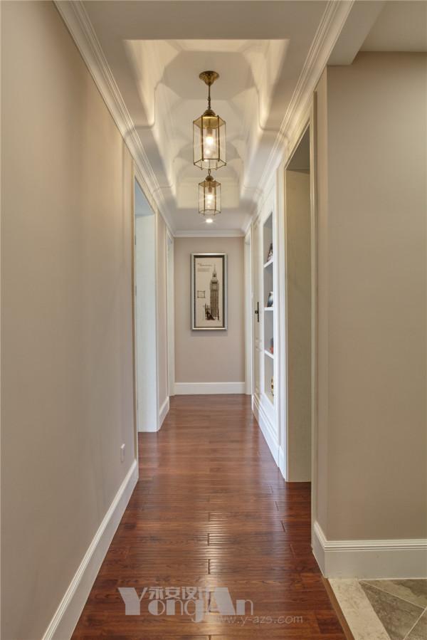 廊厅过道 四个房间分布在一条过道两边,所以过道原本非常狭长。集合业主夫妇的意见,设计师在过道右边设计了一个过道柜,是开放式展示柜结合带门的储物柜,这样整个过道的狭长感就被减弱了