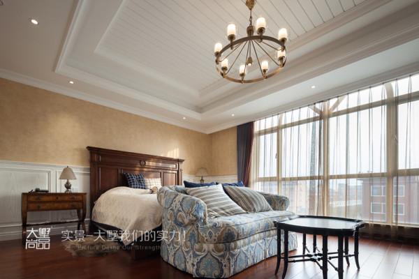 宽敞明亮的主卧室保持了自然、淳朴的风格,注重随意舒适,配置了能够舒服的看电视的沙发茶几,隐藏设计的桌子抽屉丰富了收纳空间,看起来更整洁、美观。