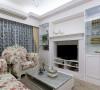 将视听功能整合在女主人向往已久的壁炉中,加上对称的玻璃橱窗,利用收藏展示品来丰富空间。