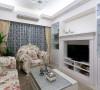 主人挑选的家具充满古典浪漫特质,搭配中性时尚感的壁纸色系,兼具柔美与个性。