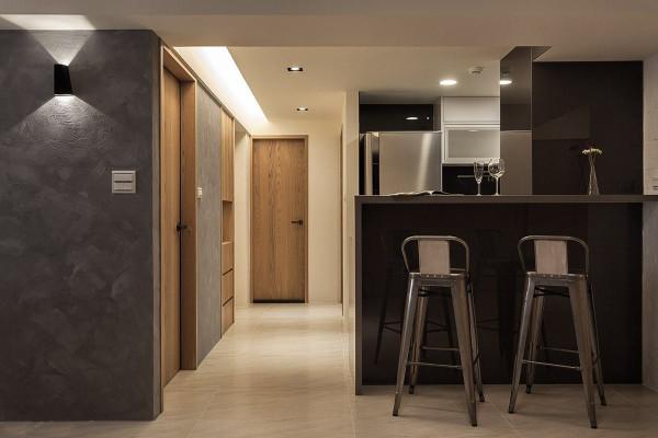 于厨房段落增设吧台功能,将原先独立的厨房空间改为半开放式呈现。