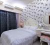 虽然提高古典风格的比重,但经由风格一致的家具、壁纸、窗帘,构筑柔和美感的卧房氛围。