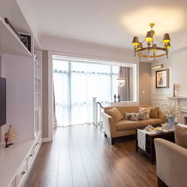 客厅非常明亮,大玻璃落地窗保证了良好的采光性,让客厅显得比实际更宽敞。因此兼得了壁炉与电视墙,面对面摆放的沙发让交流变得顺畅愉快。 引用到回复收集喜欢