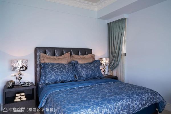 浅蓝色调的小男孩房选搭蓝色系寝饰软件,铺陈空间色彩层次。