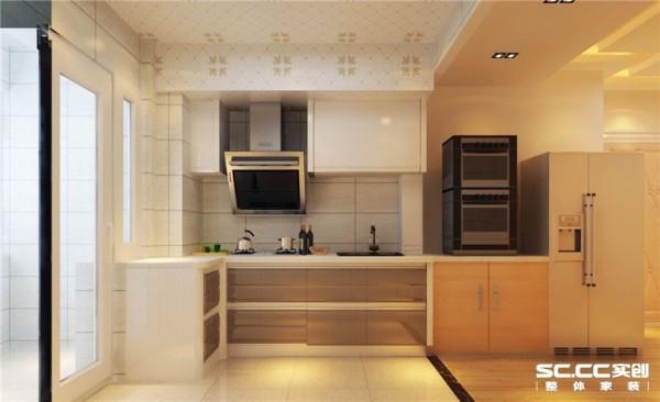 厨房为敞开厨房,室内更加通透宽敞。 所用材料: 暖色的瓷砖,暖色的橱柜,尽管冬天做饭也是暖洋洋的。简单的餐桌放在厨房,也能让一家人吃一顿温馨的晚餐