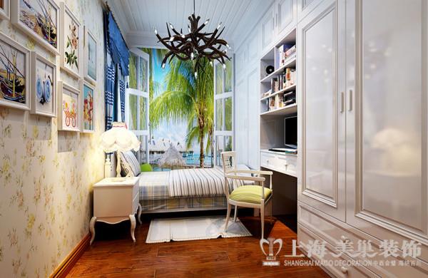 盛润锦绣城田园装修90平案例三居室效果图——客卧布局,儿童房的组合式书桌书柜合理的利用了空间,另外在书柜设计的地方,采用了通顶拐角设计,使空间利用达到了最大化,并赋予一种视觉美感。