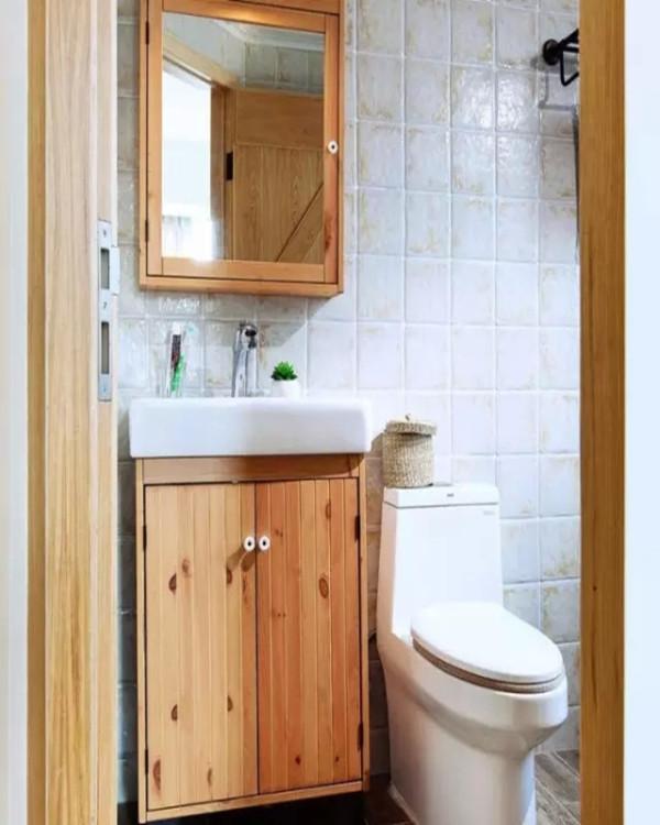 卫生间木纹地砖,原木制作的浴室柜,同样不乏自然的调调。