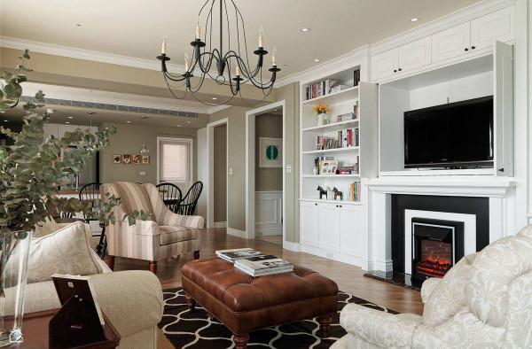 电视墙除了壁炉与书柜设功能,并能藉着柜面的收放,巧妙隐藏电视的位置。