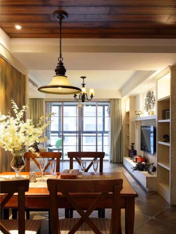 餐厅和玄关区的吊顶是用地板材料铺的,透着复古气质。