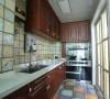 厨房全部铺上彩纹瓷砖,耐脏效果一级棒。虽然空间面积不大,但一字型橱柜,以及转角的吊柜,都是为便利日常使用而设计,实用性很讨主人欢心。