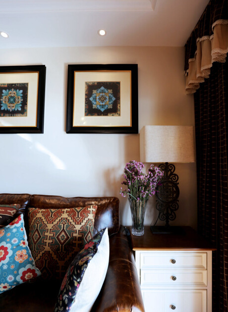 自然烧制出来的原始彩色砖墙面搭配细腻的小牛皮面沙发加之有些粗犷的纹路,和谐的出现在同一个空间里。细腻柔和的家具色彩丰富的抱枕,让整个空间不会显得硬朗。
