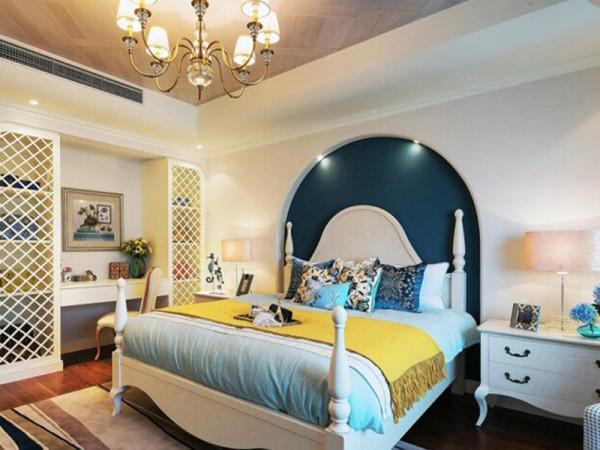 卧室有一些地中海风格的味道,拱形背景墙完美呈现。