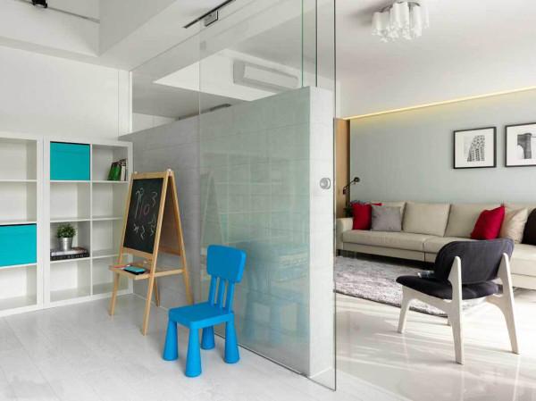 电视墙后方设置了一间半开放式的书房,大面开窗引入自然的光线,书柜的虚实变化与跳色表现,塑造统一的设计规划
