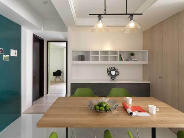 让居住者与空间产生相互依存的情感,微调了原有的格局,将客厅后方构置一间具有隐藏门的储藏室,满足生活收纳的需求