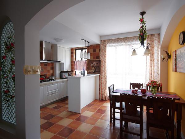 餐厅和厨房打通,中间以长条形的吧台做分隔。餐厅的窗帘也是碎花窗帘,跟客厅统一。