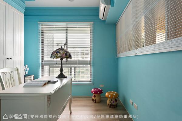 在水蓝优雅的书房中安排系统柜结合订制门片,并严选把手设计,从细节讲究空间细致度。