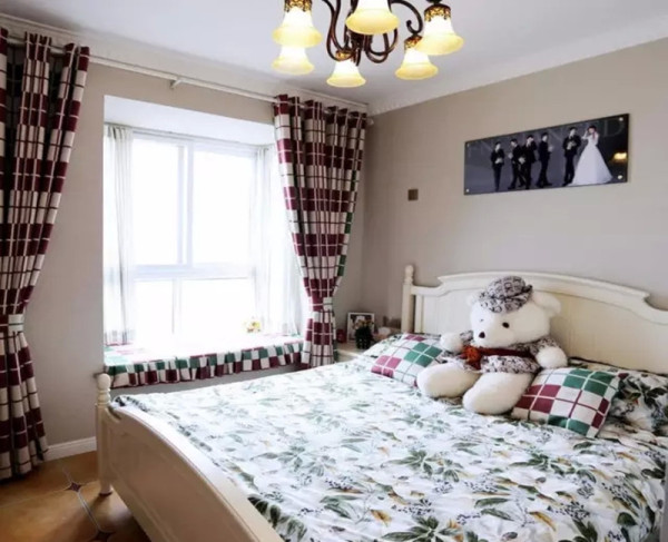 卧室简单舒适,格子窗帘的余料做了飘窗垫子和抱枕,协调统一。