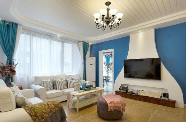 地中海风格少不了蓝色元素的点缀,电视背墙的立体弧形线板仿佛抹去了岁月棱角,能有安抚宁静之感,同时丰富了整个客厅视觉感受