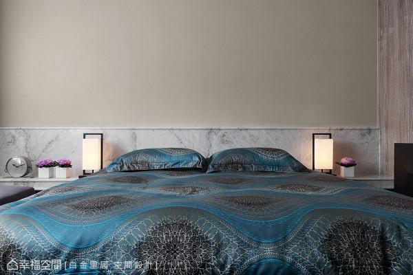 透过明晰有力的选材,于床头主墙上采用大理石石材,并于右侧佐上双染色木皮,在光线的映照下,呈现恢弘的质感与纹理。