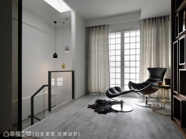拾阶而上,四楼场域是明亮且开放的,天花上方的天井与悉心打造的扶手设计,处处可以窥见白金里居空间设计的用心。
