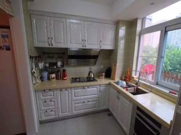 半开放式的厨房设计又门帘,可以在需要的时候放下来阻挡油烟。
