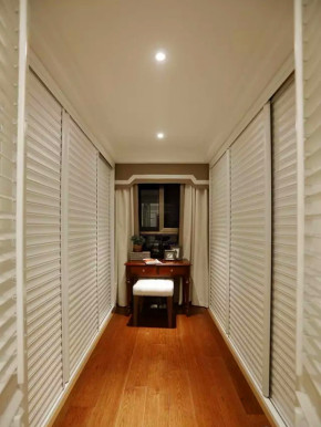 美式 混搭 三居 收纳 旧房改造 小资 客厅 衣帽间图片来自沙漠雪雨在135平米白色混搭优雅美式三居的分享