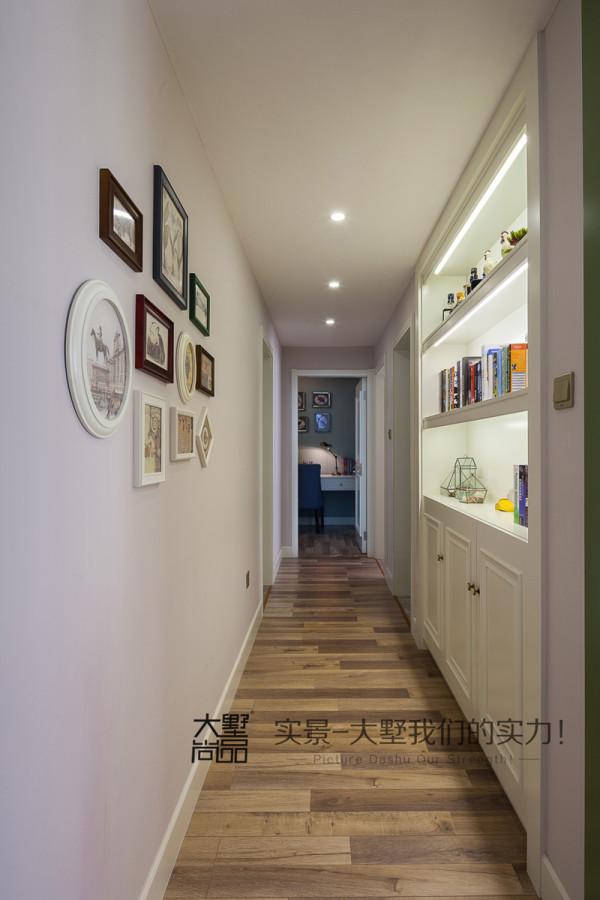 过道不仅装饰了精致个性的照片墙,更是打造了隐蔽式的储物柜,将空间利用到了极致。