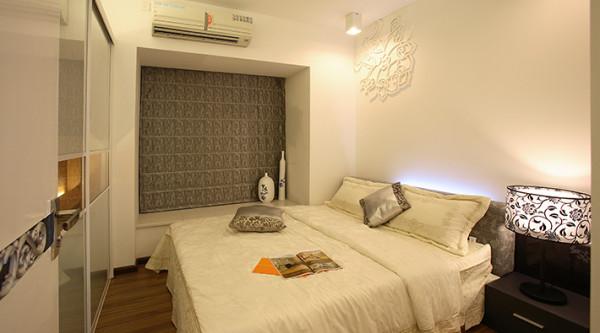 卧室:墙面欧式风情的墙纸加上吊顶上的暖色调灯光搭配使整个房间感觉温馨的味道。地面拼花的的地砖铺设,墙面电视墙以地砖上墙的设计,使电视墙和地面完美结合,大气而又简洁