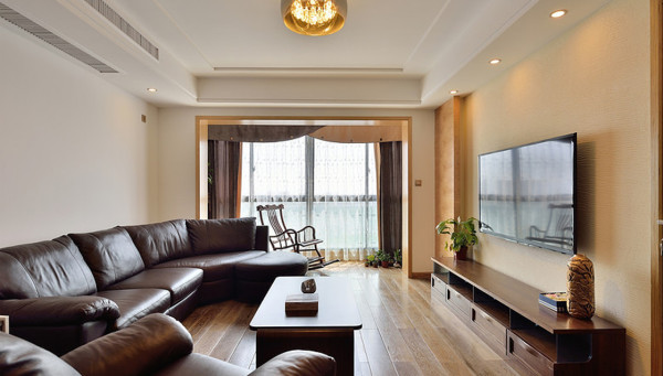 客厅:一套棕色家具,暖橘色灯光和窗帘,效果贵气,品质生活。