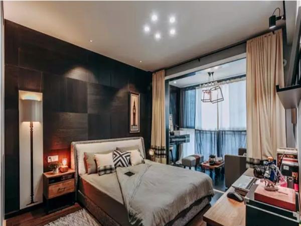 深色调的主卧床头质感细腻,壁灯造型更是有趣且富有艺术感。